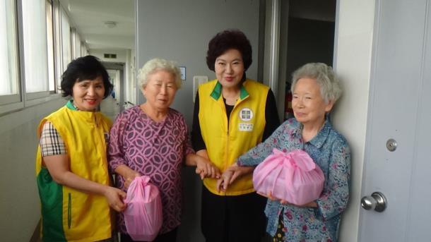 신천지자원봉사단, 밑반찬 담은 핑크보자기 전달
