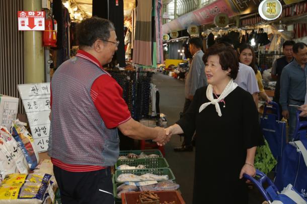 김동희 의장, 추석맞이 전통시장 방문