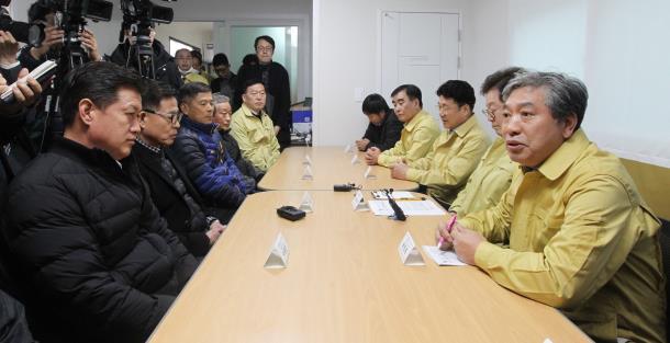 송한준 의장, 우한 3차 교민 포용한 이천지역 방문